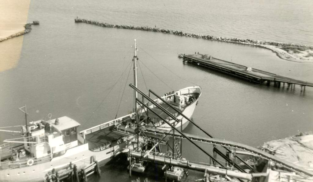 unkown harbour with mv. fiducia 1939 ex volharding.jpg